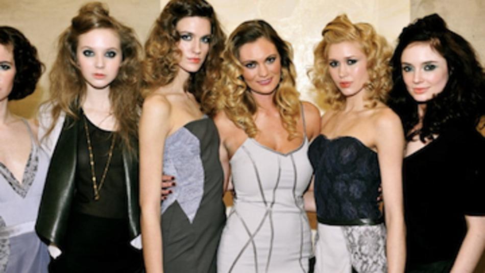 Milenium baru memberikan nuansa serba silver bagi perkembangan fashion.  Nuansa futuristik namun tetap glamor menjadi awal dari perkembangan fashion  awal ... 6078234878