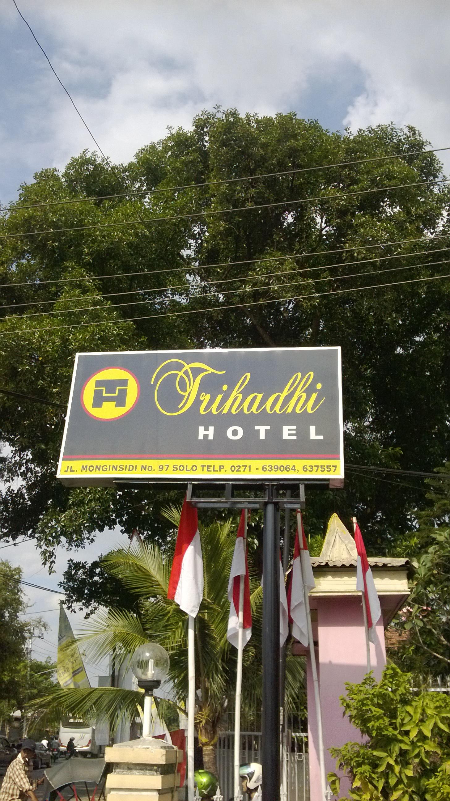 Pintu Depan Hotel Trihadhi Kamar Yang Murah Bisa Di Akses Lewat Samping Belakang